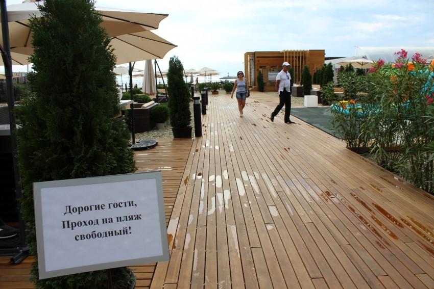 За вход на пляж отеля Hyatt берут 2000 рублей? Или не берут?