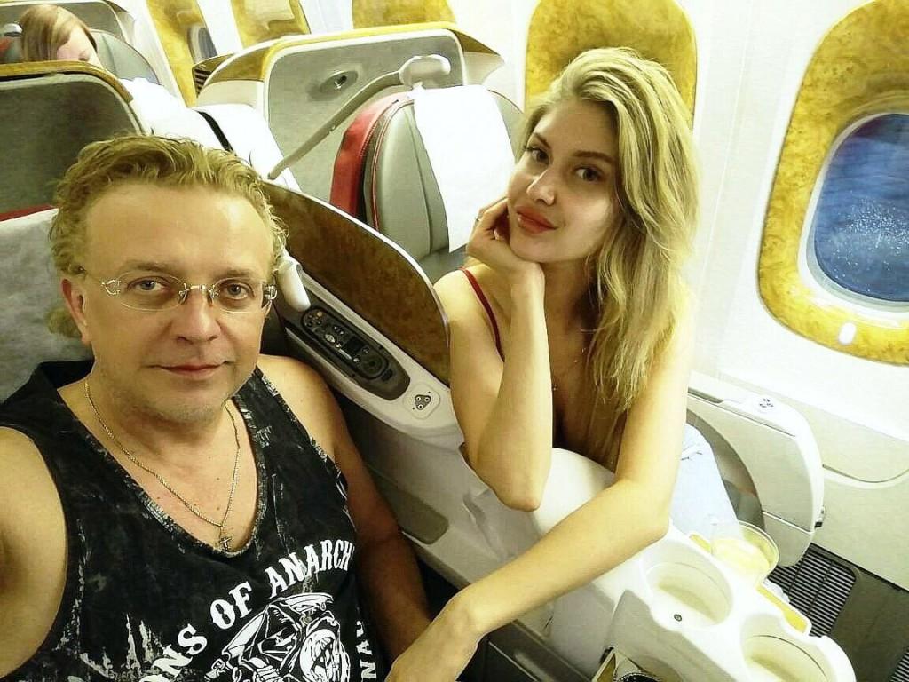 На фото: Роман Жуков  и Ольга Ларионова. (соц. сети певца)
